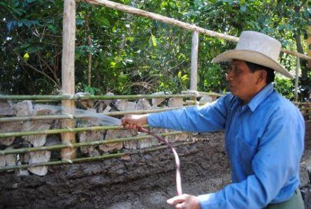 Guatemalan master teaches us how to build a traditional bajareque wall, which is more earthquake resistant than the concrete options available there.