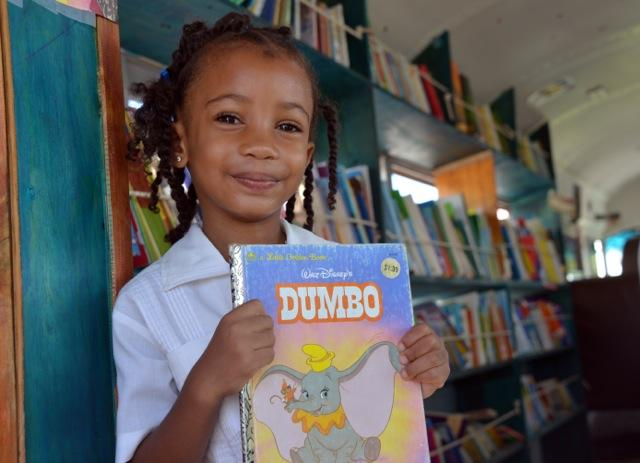The Bookmobile is rolling on Roatan! Sandcastle Library visits 14 schools on the island bringing books and literacy to thousands of students.