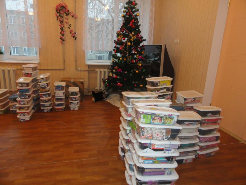 Donetsk internot with tree and Christmas boxes, thanks to the many donations