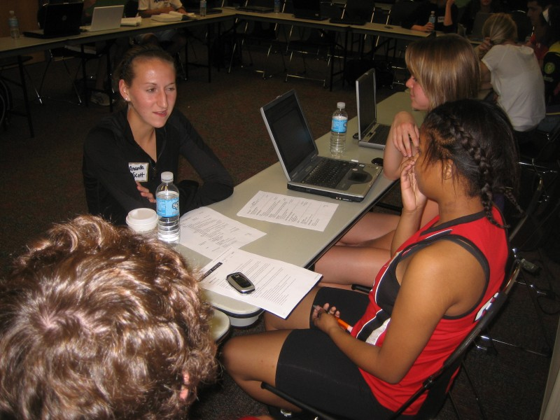 SforS members help a Pearl-Cohn student with her resume