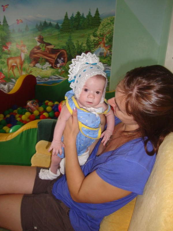 A volunteer with little Zhenya.