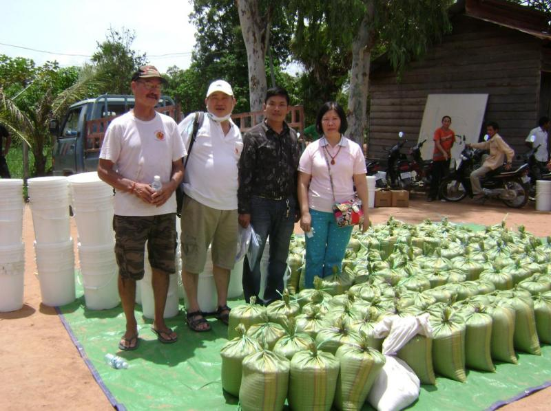 TF and a group of Taiwanese doctors donated: rice, water filter and Pur sachet to the villager.