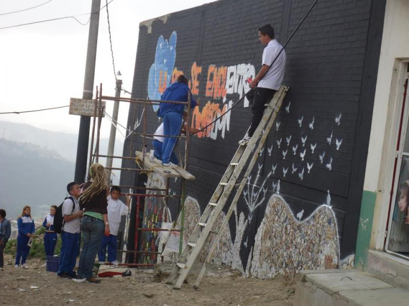 Students from Altos de Cazuca community School, painting a mural 'Peace Territory' outside the schoo
